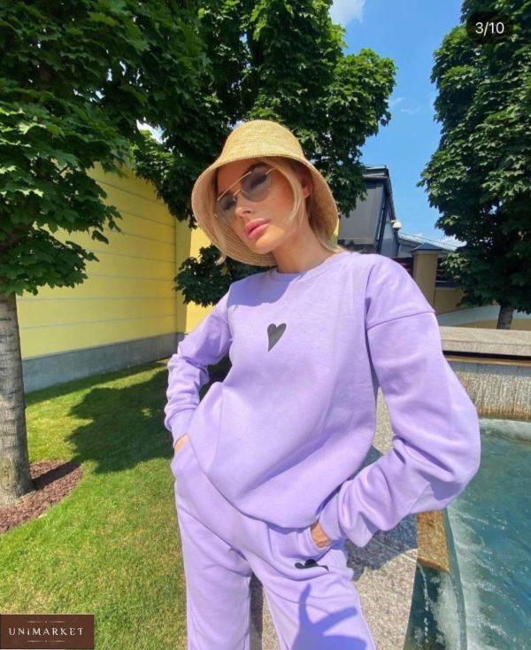 Купить лиловый женский спортивный костюм на флисе с сердцем по скидке
